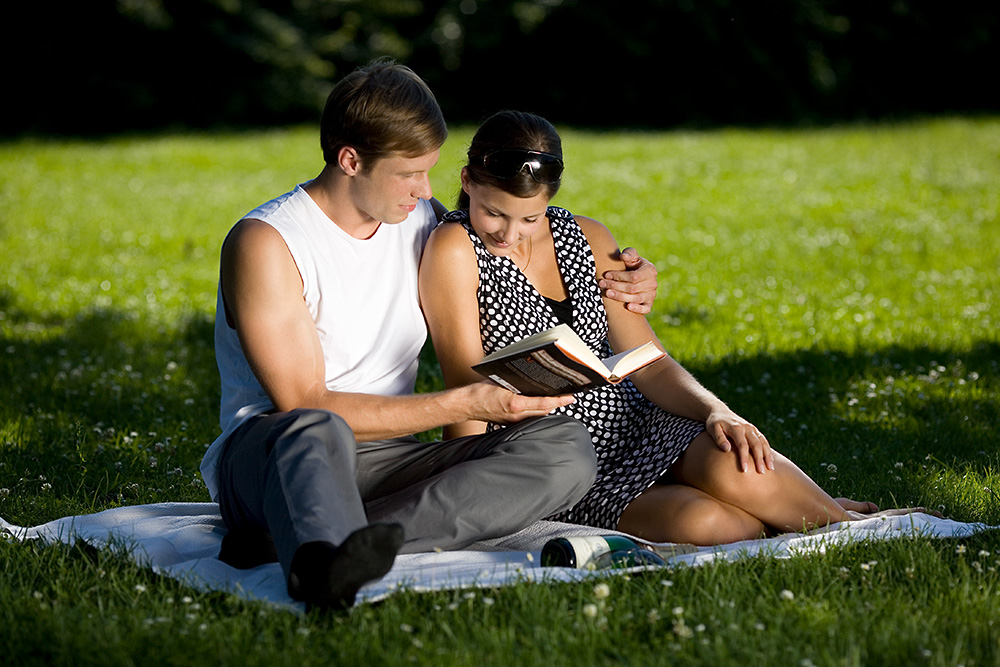 Pärchen liest ein Buch
